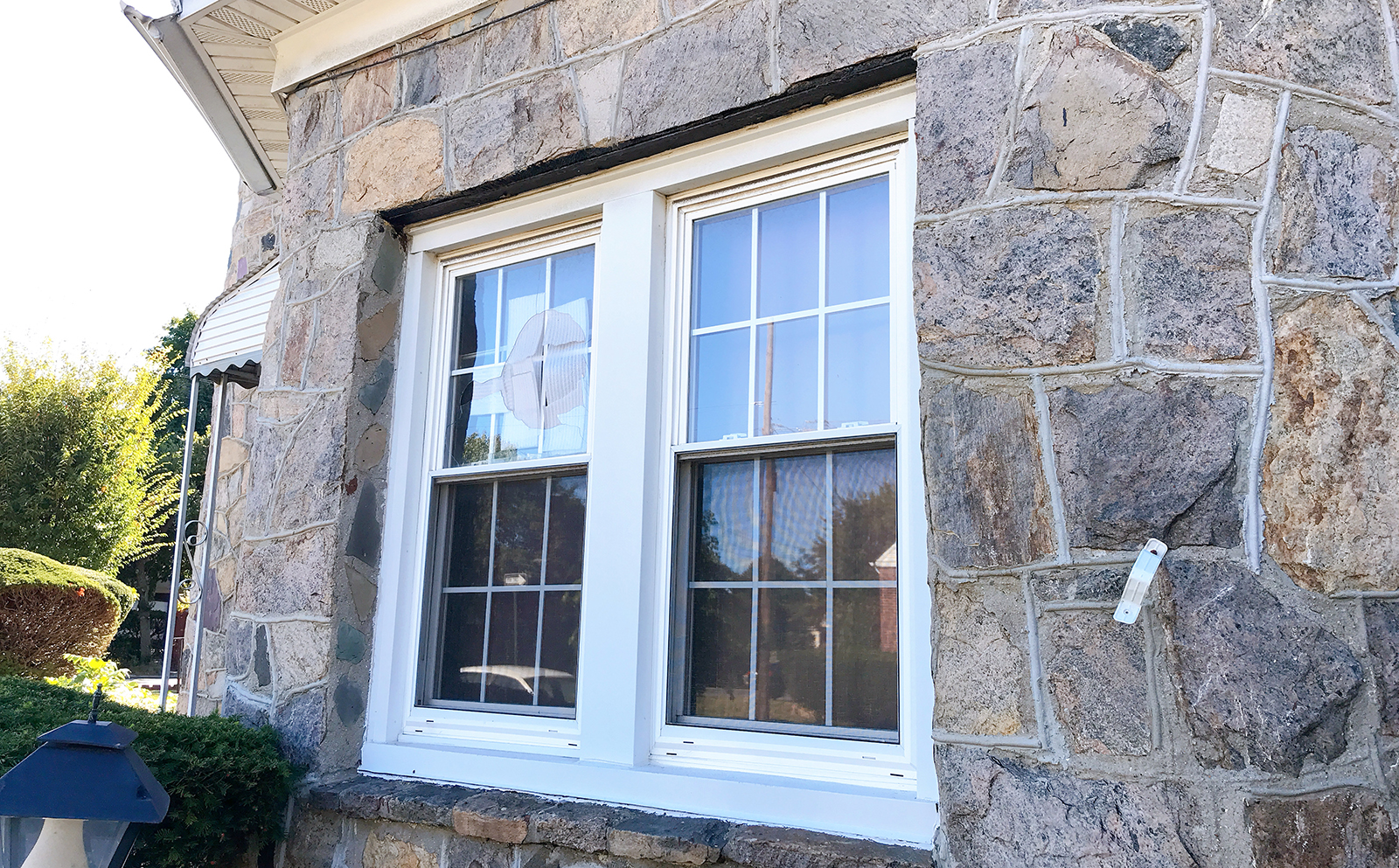 ジェイムズ・ブラウン自宅の割られた窓